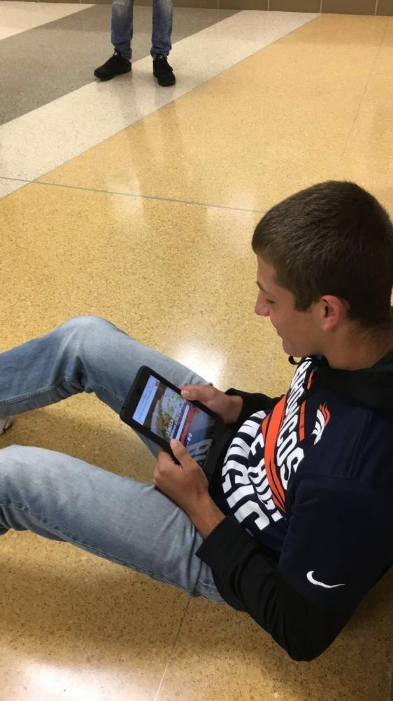 Sophomore+Zak+Vincent+looks+at+the+DoorDash+website.+
