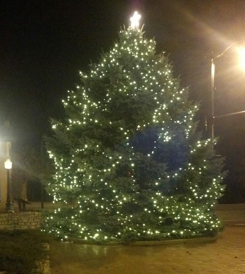 The+Christmas+Tree+at+the+corner+of+Route+40+%28National+Road%29+and+Route+48+%28Main+Street%29+in+the+City+of+Englewood.