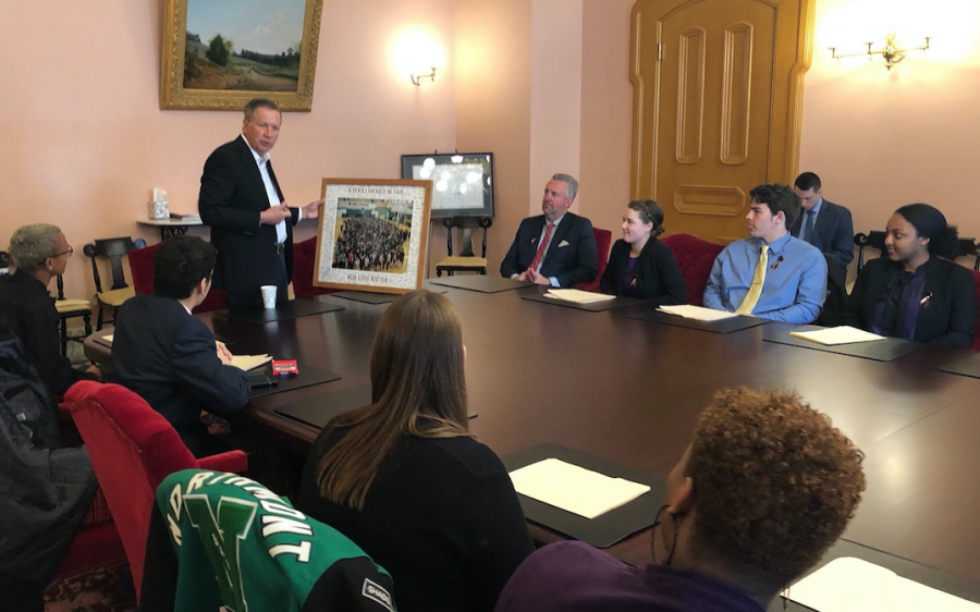 Ohio Governor John Kasich holds a group picture of Northmont students (courtesy of @JohnKasich on Twitter).